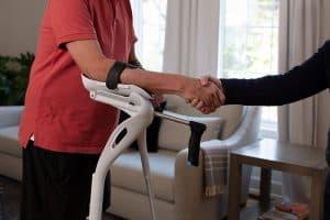 Weniger Schmerzen am Handgelenk mit ergonomischen Krücken
